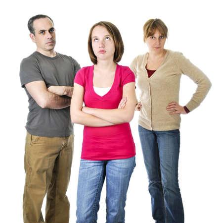 irrespeto: Adolescente rodando los ojos frente a padres enojados