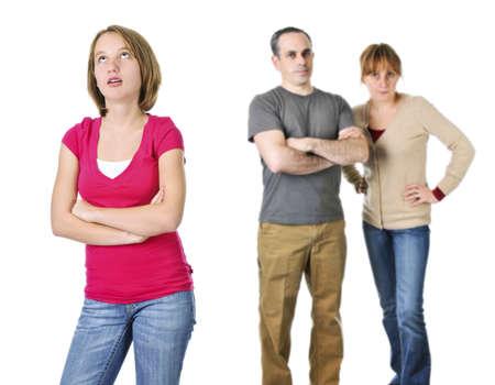 falta de respeto: Adolescente rodando los ojos frente a padres enojados