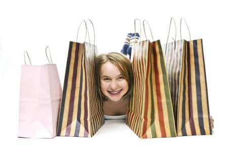 多くの買い物袋の幸せな十代の少女