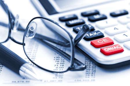 impuestos: N�meros para calcular el impuesto sobre la renta de retorno con gafas pluma y calculadora Foto de archivo