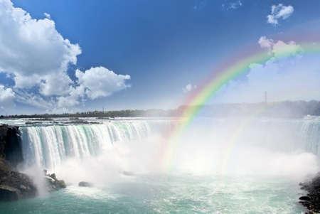 cascades: Arcobaleni spettacolare a lato canadese delle Cascate del Niagara Archivio Fotografico