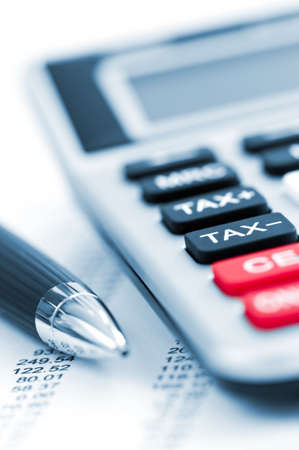 電卓: ペンと電卓の所得税申告書の数値を計算します。 写真素材