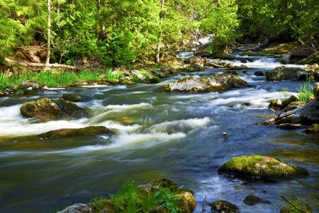 hetzen: Wasser Rauschen unter den Felsen in Flussschnellen in Ontario Kanada