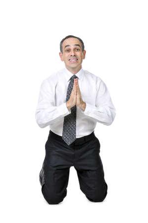 Hombre de negocios en traje orando aisladas sobre fondo blanco