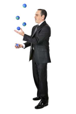 coger: Hombre de negocios en traje pelotas malabares planeta Tierra