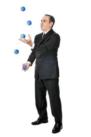 Uomo d'affari in tuta giocoleria palline pianeta terra