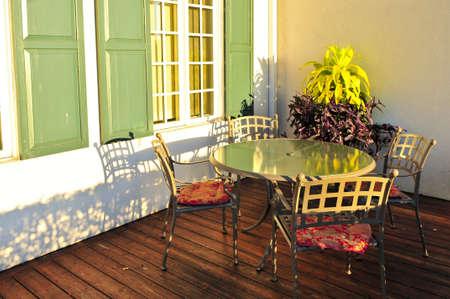 serrande: Patio, sedie e tavoli in legno sulla terrazza coperta Archivio Fotografico