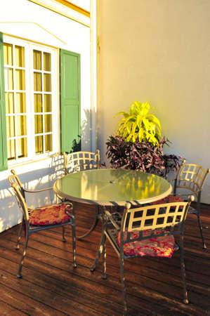 patio furniture: Patio, sedie e tavoli in legno sulla terrazza coperta Archivio Fotografico