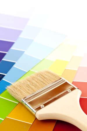 虹色カード サンプルの上のきれいな絵筆