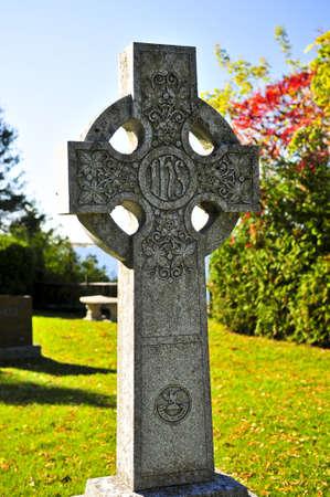 memorial cross: Bright cimitero prato con antiche croci celtiche Archivio Fotografico