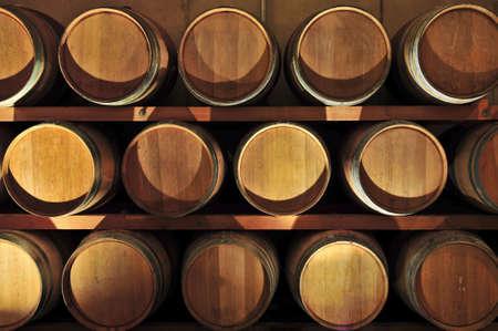 Stacked barriques de chêne dans le vin de cave vinicole Banque d'images - 4616872