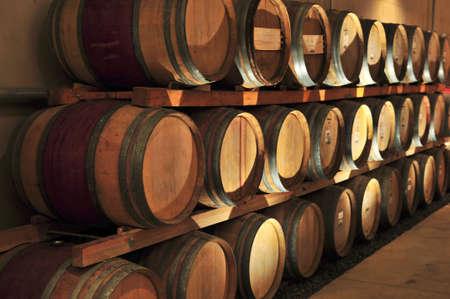 Stacked barriques de chêne dans le vin de cave vinicole Banque d'images - 4616881