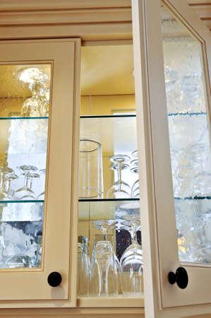 armoire cuisine: Armoire de cuisine de pr�s avec des �tag�res en verre et verres