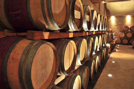 cave: Stacked barriques de ch�ne dans le vin de cave vinicole Banque d'images