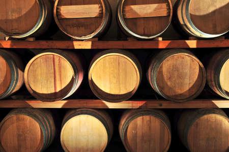 bodegas: Apilados en barriles de roble de vino bodega bodega Foto de archivo
