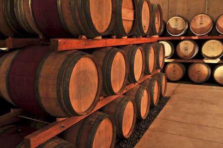 Gestapelde eikenhouten vaten wijn in wijnbereidingscoöperatie kelder