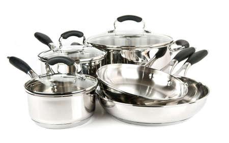 utensilios de cocina: De acero inoxidable ollas y sartenes aisladas sobre fondo blanco