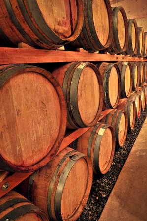 Gestapelde eiken wijnvaten in de kelder winery Stockfoto