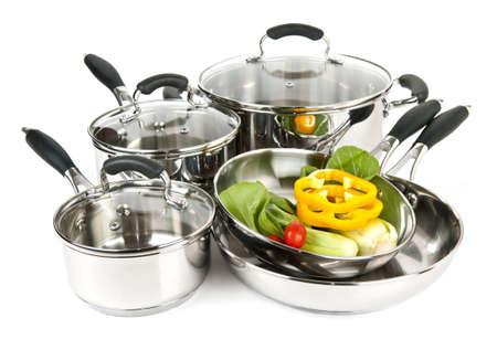 utensilios de cocina: De acero inoxidable ollas y sartenes aisladas sobre fondo blanco con verduras