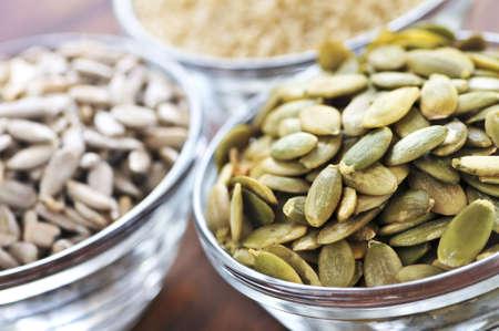 sezam: Dynia nasion słonecznika, sezamu i zamknąć w szklanej miseczki Zdjęcie Seryjne