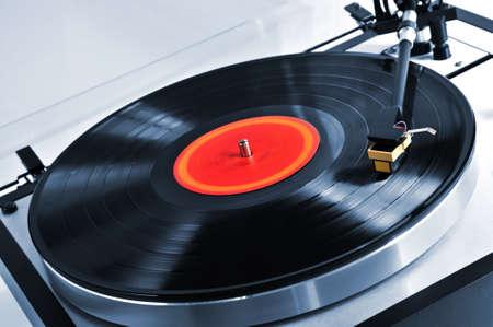 equipo de sonido: Disco de vinilo en el tocadiscos de hilado de cerca