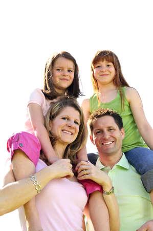 shoulder ride: Retrato de familia feliz que los ni�os hombro paseos