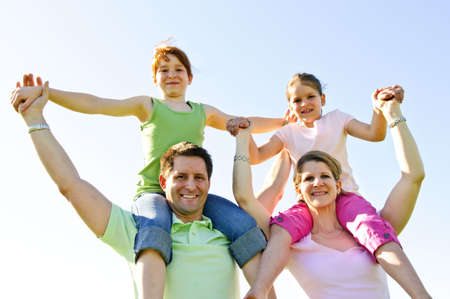 shoulder ride: Retrato de los padres dar a los ni�os felices hombro paseos