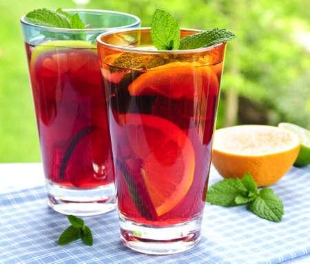 Rafraîchissement des fruits dans deux verres de punch en dehors Banque d'images