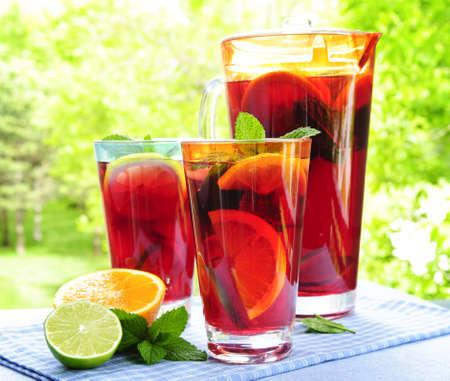 vaso de precipitado: Bebida refrescante ponche de frutas en jarra y vasos