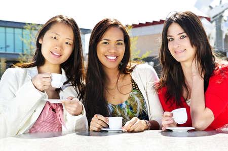 Groep vriendinnen vergadering en dranken op terras