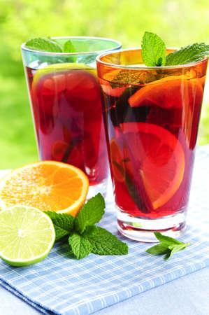 bebidas frias: Refrescante ponche de frutas, en dos vasos fuera