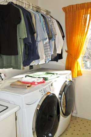 clothes washer: Sala de lavander�a con lavadora y secadora moderna