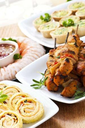 한 입 크기의 전채 요리와 파티 음식