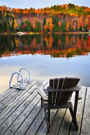 cottage: Muelle de madera con silla ca�da lago en calma
