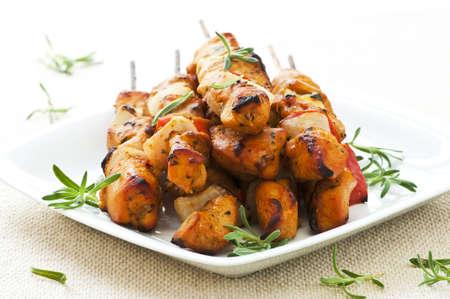 pinchos morunos: Mont�n de aperitivos kebab de pollo asado en un plato