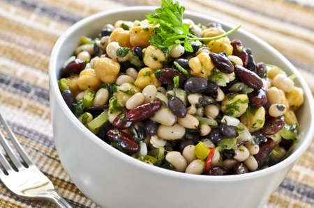 Vegeterian salade van diverse bonen in de kom close-up Stockfoto