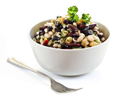그릇에 다양 한 콩의 고립 된 vegeterian 샐러드를 닫습니다.
