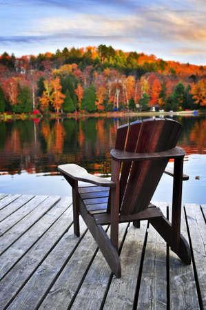 silla de madera: Muelle de madera con silla ca�da lago en calma