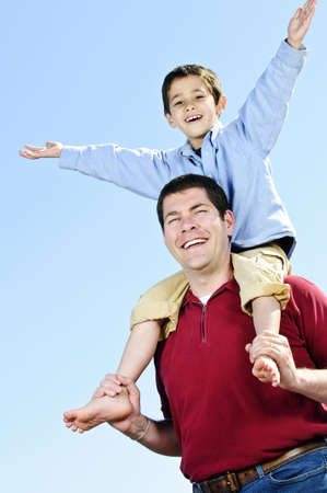 shoulder ride: Retrato del padre del hombro paseo dando a hijo
