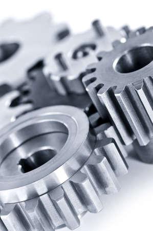 tandwielen: Meerdelige industriële metalen tandwielen geïsoleerd op wit Stockfoto