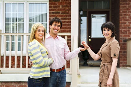 Touches Happy couple Getting to nouvelle maison de l'agent immobilier Banque d'images - 5365621