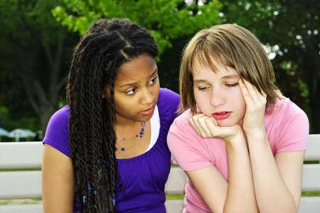teenage problems: Teenage girl consolar a su amigo molesto triste