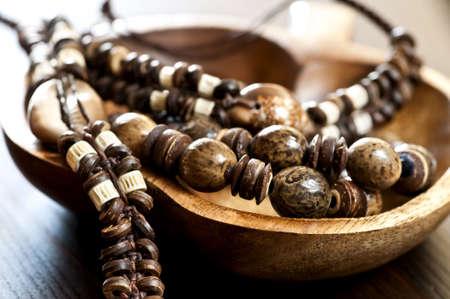 Met de hand gemaakt hout, schelp en been sieraden Stockfoto