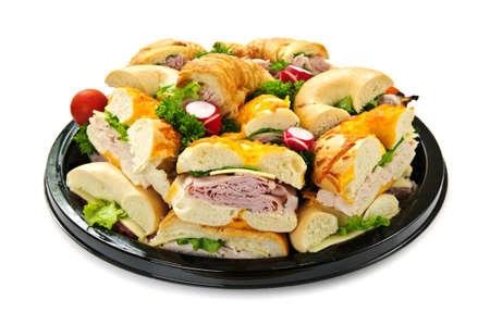 trays: Geïsoleerde assortiment schaal met broodjes met vlees en groenten