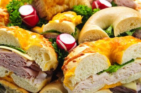 Assorted bagel sandwich schaal met vlees en groenten