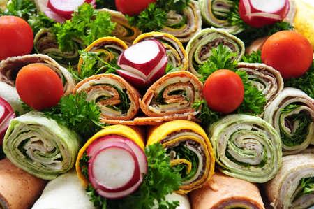 wraps: Primer plano de la tortilla en una fuente de carne surtido de abrigos