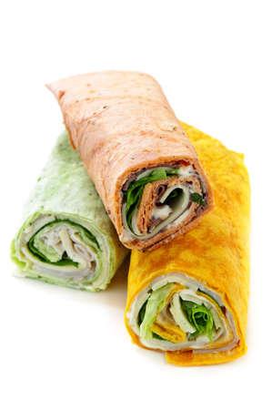 Drei isoliert bunte Tortilla Wraps mit Fleisch und Gemüse