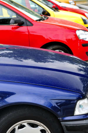 Rij van auto's op parkeerplaats op een heldere dag