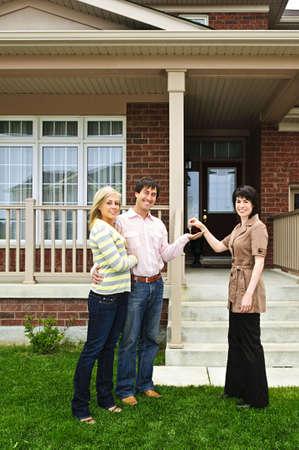 agente comercial: Pareja Feliz claves para llegar a la nueva casa del agente de bienes ra�ces Foto de archivo