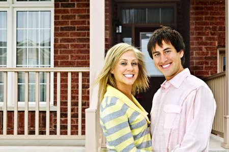 Jong gelukkige paar in liefde op het huis